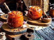 Рецепта Домашна едросмляна лютеница с печени патладжан (син домат), чушки (пипер), моркови, доматено пюре, мед и кимион в хлебопекарна